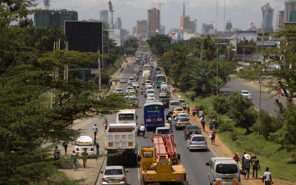 Trânsito intenso em Nairóbi deixa pessoas a dormir no carro