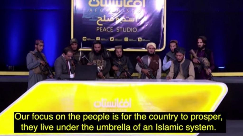 Jornalista apresenta noticiário rodeado de talibãs armados