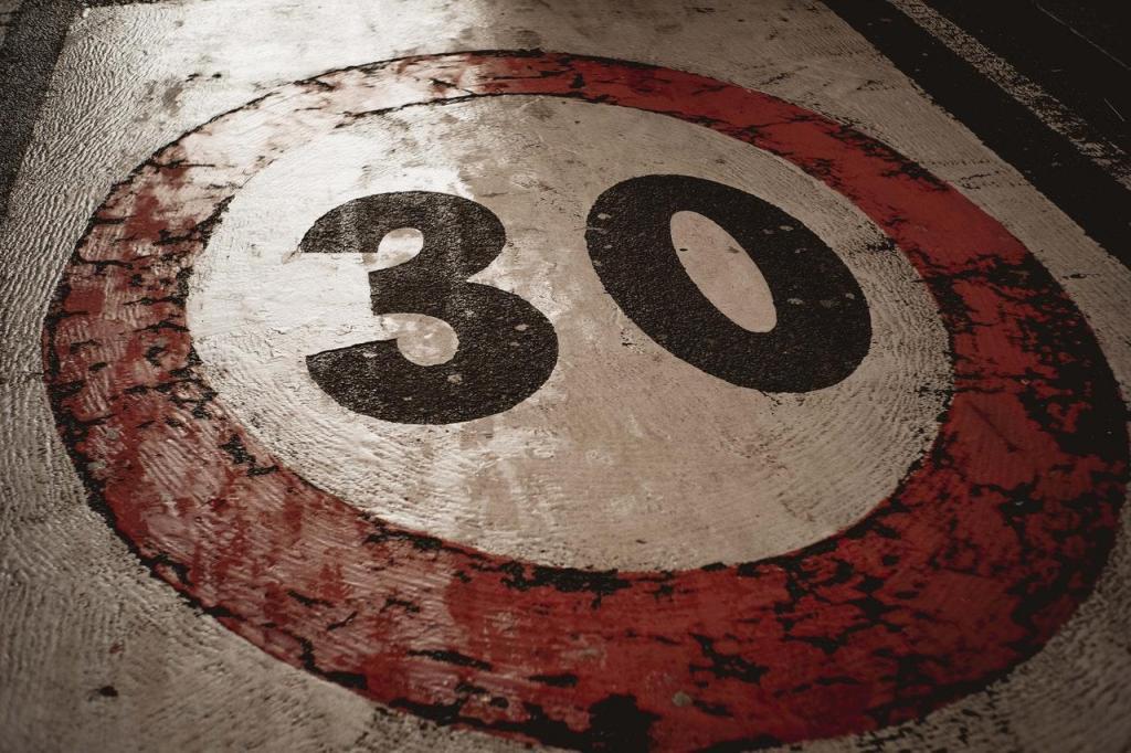 Limite de velocidade 30 km/h (Francesco Ungaro / Pexels)