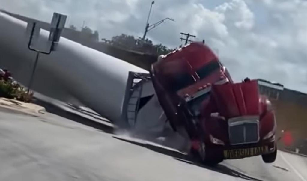 Comboio choca com camião (reprodução YouTube «CounterLink»)
