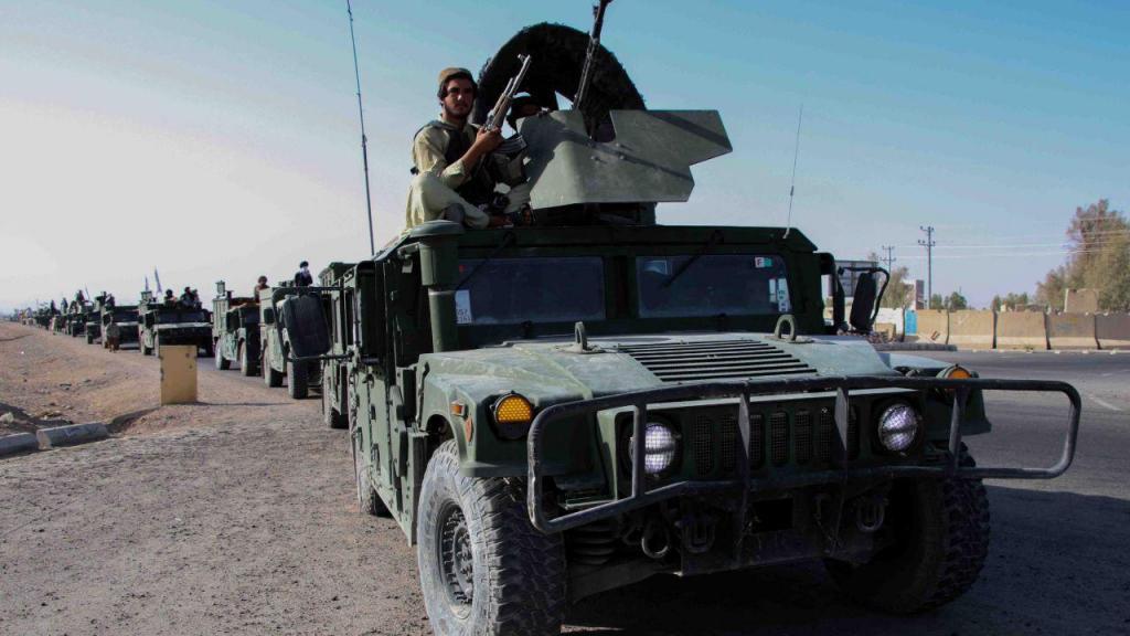 Talibãs desfilam com veículos norte-americanos no Afeganistão