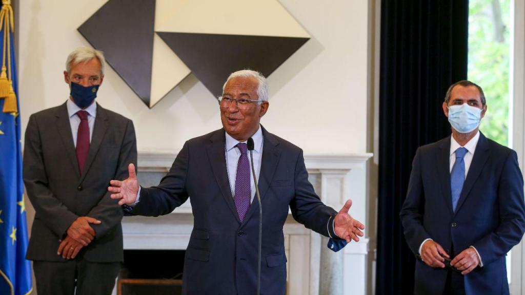 O primeiro ministro António Costa acompanhado pelo ministro da defesa, João Gomes Cravinho, durante a cerimónia de tomada de posse do Secretário-geral dos Serviços de Segurança Interna, Embaixador Paulo Vizeu Pinheiro