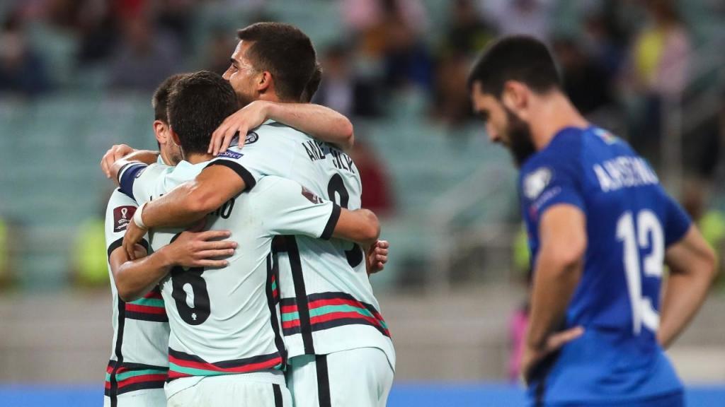 André Silva festeja com os colegas o 0-2 no Azerbaijão-Portugal (Paulo Novais/LUSA)