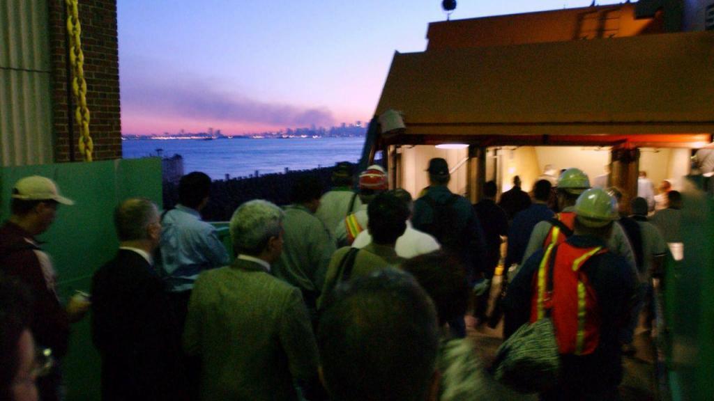 Após os ataques do 11 de setembro: passageiros dos ferrys vêem o fumo nas Torres Gémeas