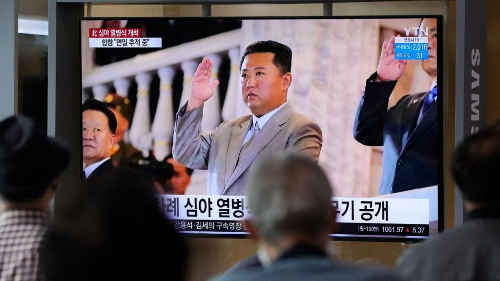 Pessoas assistem à parada militar no 73.º aniversário da Coreia do Norte