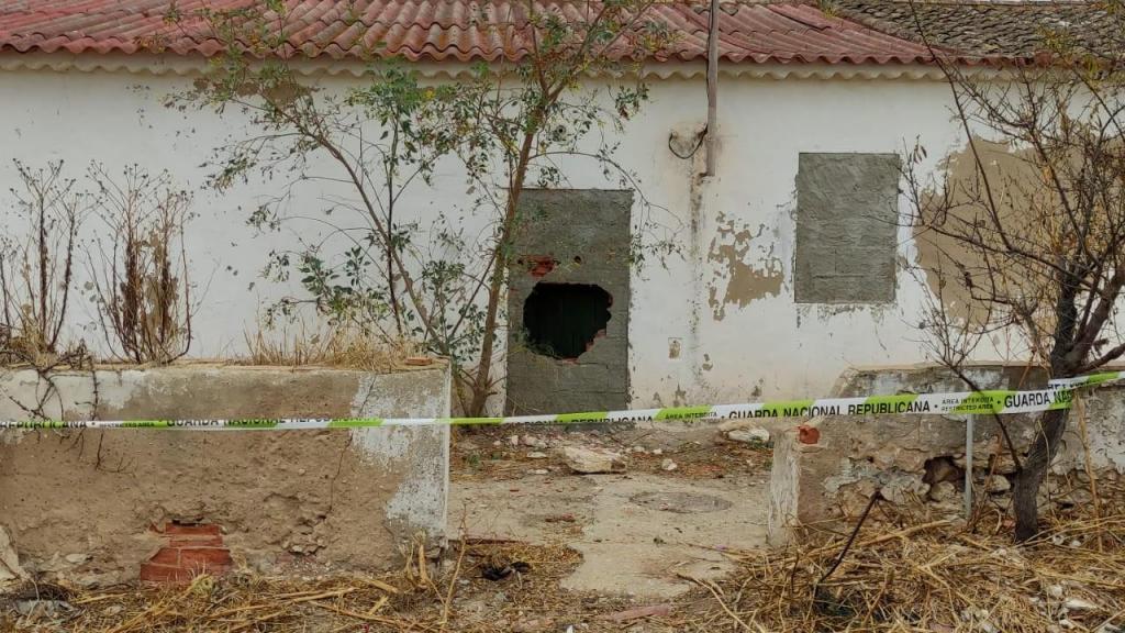 GNR destrói porta empedrada para salvar homem de incêndio em casa devoluta