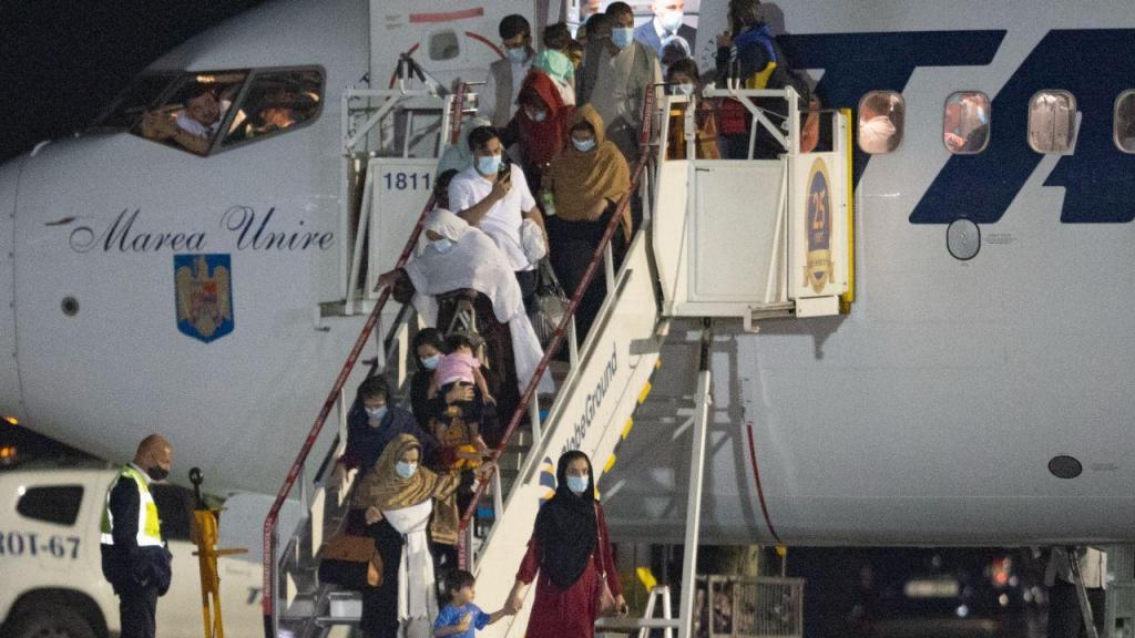 Voos civis começam a chegar lentamente ao aeroporto de Cabul