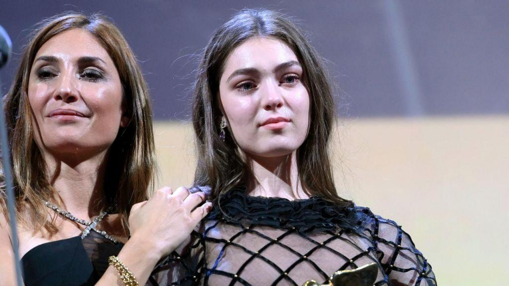 A cineasta francesa Audrey Diwan e a atriz franco-romena Anamaria Vartolomei receberam o prémio Leão de Ouro