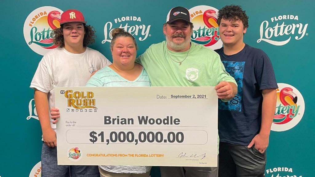 Homem ganha prémio na lotaria