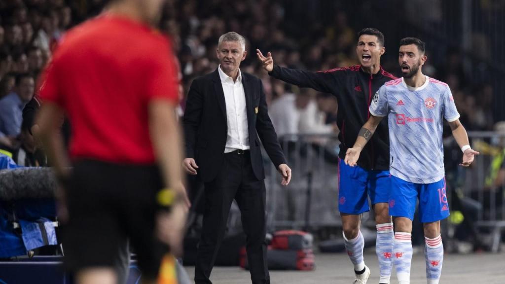 Cristiano Ronaldo, Bruno Fernandes e Solskjaer durante o Young Boys-Man United (PETER KLAUNZER/EPA)