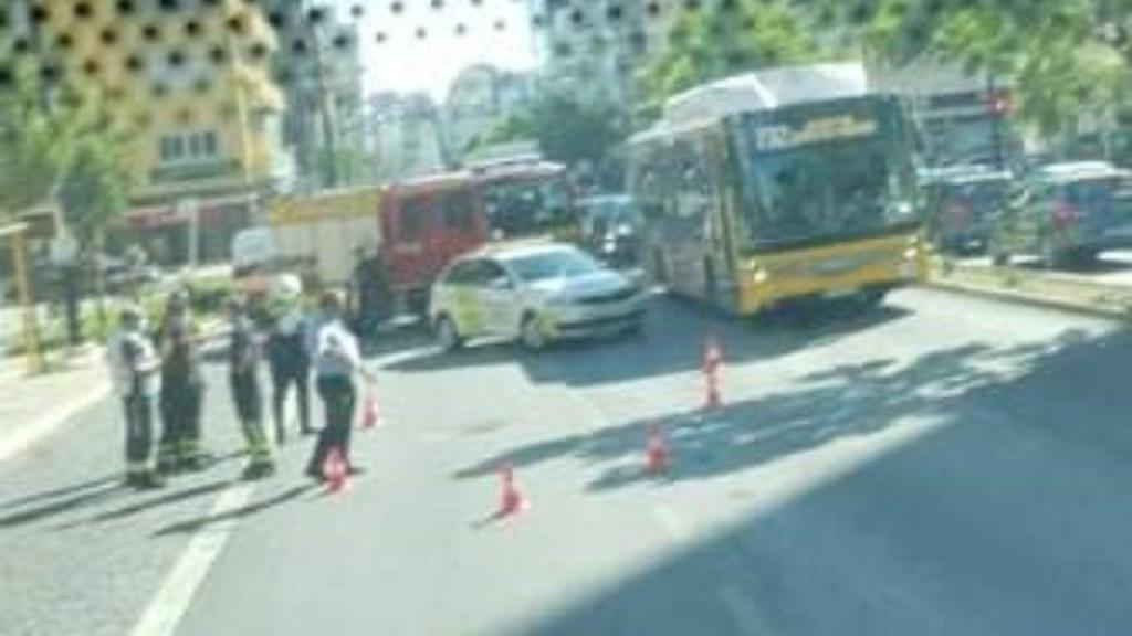 Buraco de grandes dimensões condiciona trânsito na Avenida Fontes Pereira de Melo em Lisboa