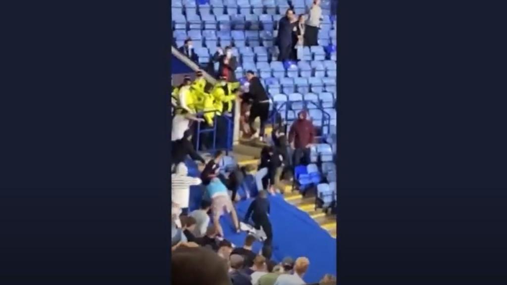 Leicester-Nápoles terminou com confrontos entre adeptos na bancada (youtube)
