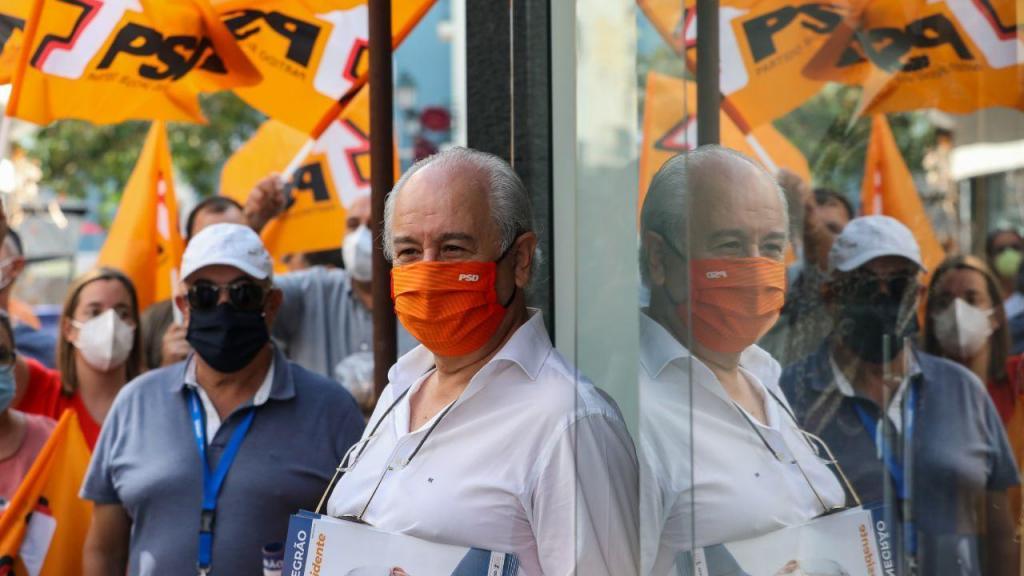 Rui Rio acompanhado pelo candidato do PSD à Câmara Municipal de Setúbal, Fernando Negrão, durante uma ação de campanha em Setúbal