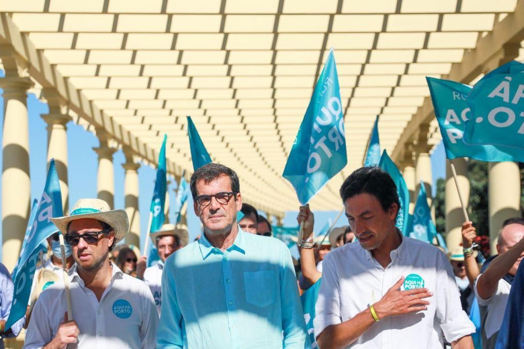 Rui Moreira numa ação de campanha acompanhado por Tiago Mayan Gonçalves