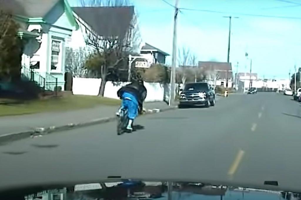 Ciclista foge à Polícia (captura YouTube EPD)