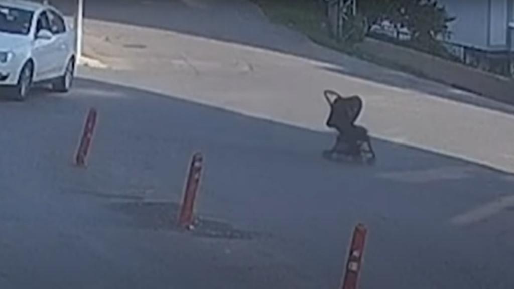 Mãe corre atrás de carrinho de bebé na Turquia
