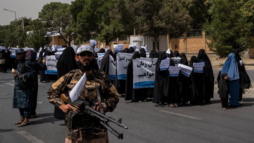 Mulheres desfilam em apoio aos talibãs