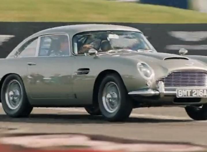 Pilotos da Aston Martin pegam no DB5 do «007» (captura Twitter Aston Martin