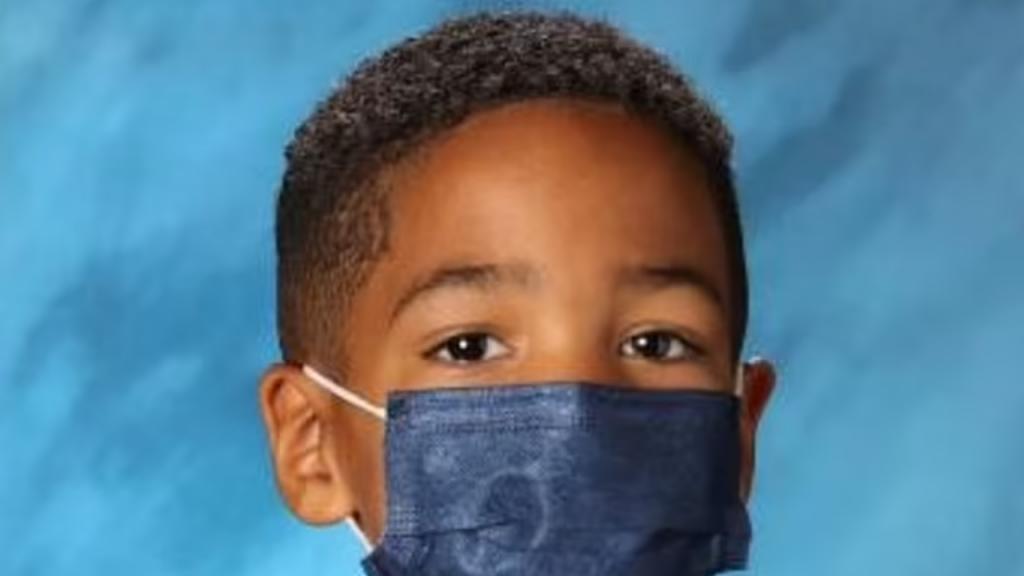 Menino recusa-se a tirar máscara para fotografia na escola e torna-se um sucesso