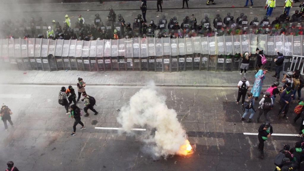 Feministas derrubam vedações em frente ao Palácio Nacional do México
