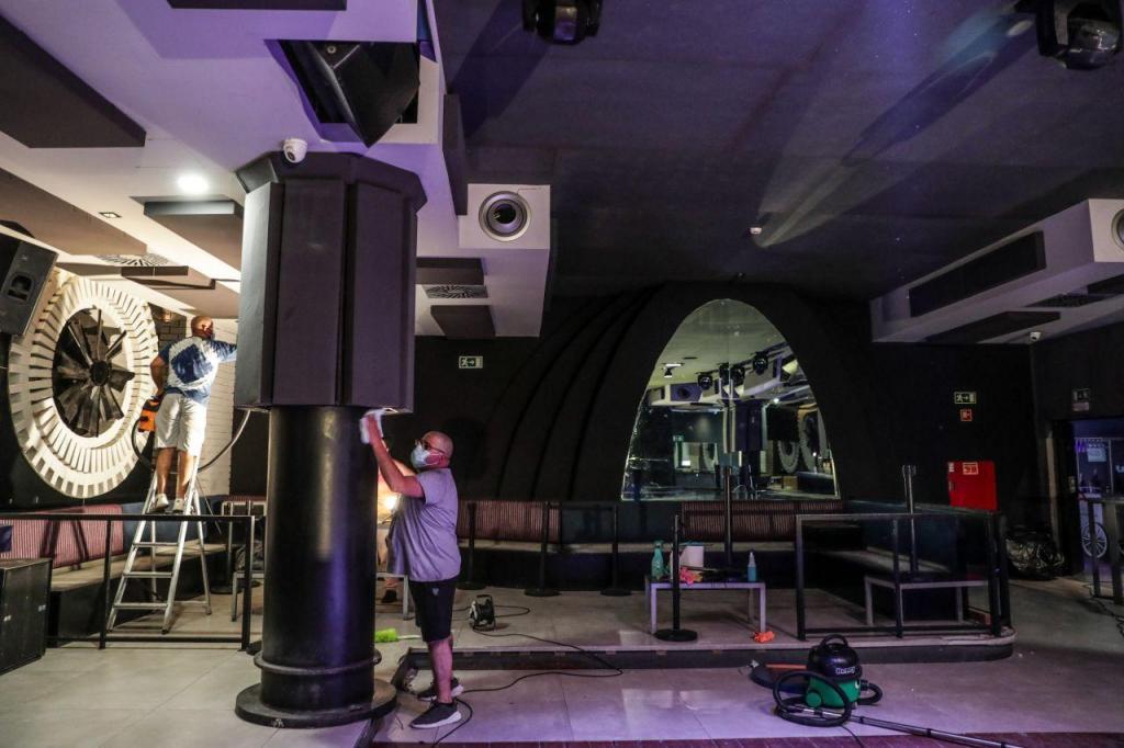 Preparativos para a reabertura das discotecas