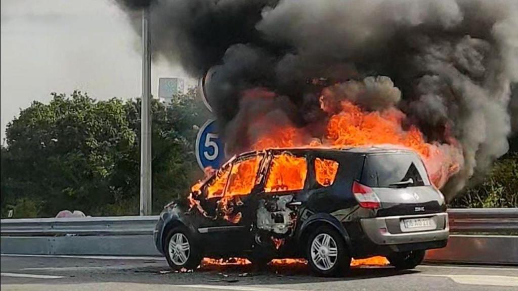 Carro consumido pelas chamas na VCI no Porto