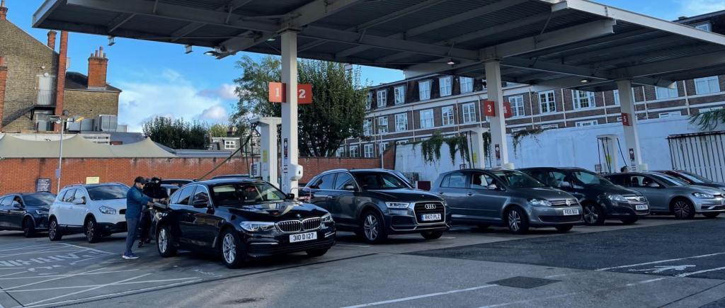 Crise dos combustíveis faz disparar interesse por elétricos (foto: John Cameron/Unsplash)