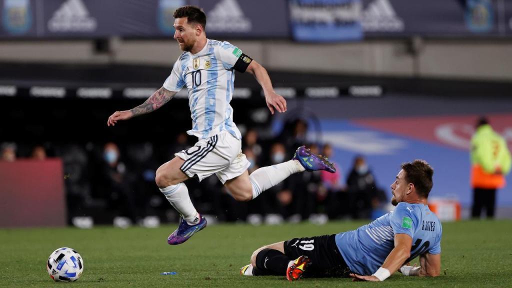 Messi e Coates no Argentina-Uruguai (EPA/Juan Ignacio Roncoroni)