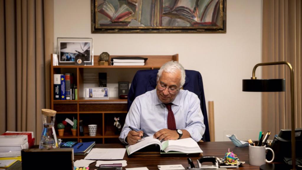 António Costa assina o Orçamento do Estado