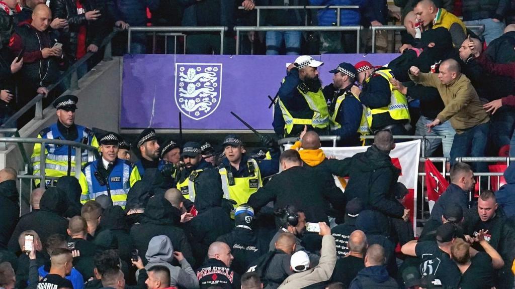 Adeptos da Hungria entram em confronto com polícia inglesa em Wembley (Nick Potts/AP)