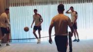 Equipa do Bayern Munique a jogar futevólei no hotel (Instagram: Bayern Munique)