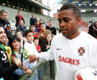 Jorge Andrade distribui autógrafos em Bruxelas.