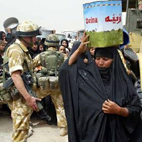 Mulher iraquiana com ajuda alimentar