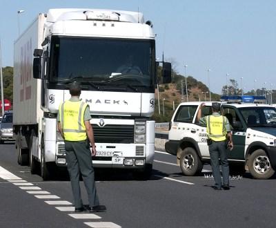 Elementos da Guarda Civil espanhola controlam viaturas na ponte do Guadiana - (Luís Forra/LUSA)