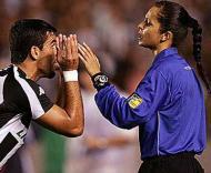 Polémica árbitra brasileira fora da lista de elite da FIFA