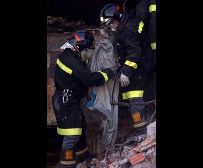 Bombeiros prosseguem trabalhos - Foto EPA/Lusa