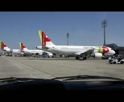 Aviões acumularam-se na placa de partida no aeroporto da Portela - Foto Lusa/Inácio Rosa