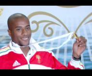 Nélson Évora, já em Lisboa, com a medalha de ouro