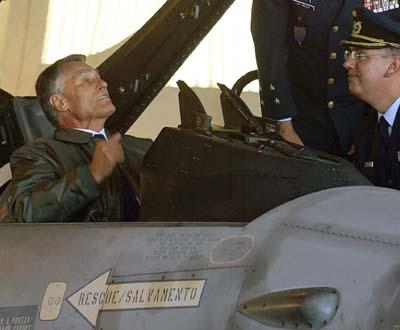 Cavaco Silva na Base Aérea de Monte Real (Lusa/Paulo Cunha)