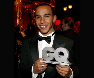 Lewis Hamilton com o prémio