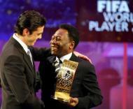Kaká recebeu o prémio das mãos de Pelé (foto: Walter Bieri/EPA)
