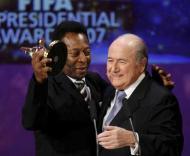 Pelé recebeu um prémio das mãos de Blatter (foto: Walter Bieri / EPA)