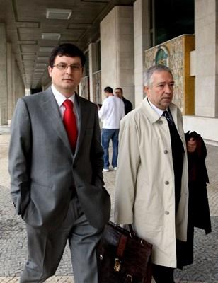Paulo Pedroso, acompanhado pelo advogado, Celso Cruzeiro, à chegada ao tribunal Cível de Lisboa (Inácio Rosa/LUSA)