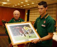 Ronaldo recebe prenda da FPF - Francisco Paraíso/FPF