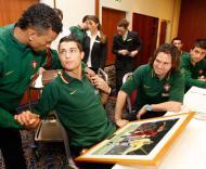 Ronaldo recebe felicitações de Nani - Francisco Paraíso/FPF