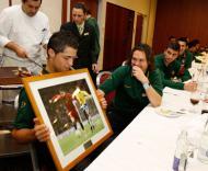 Ronaldo mostra o presente dado pela FPF - Francisco Paraíso/FPF