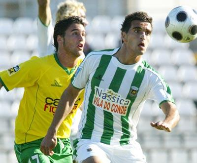 João Ribeiro (Naval) luta pela bola com Miguel Lopes (Rio Ave)