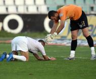 Eduardo conforta Ghilas após um penalty falhado