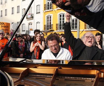 Centenas em defesa do ensino artístico (foto TIAGO PETINGA/LUSA)
