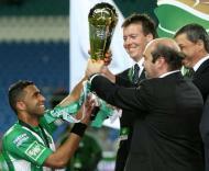 Sandro recebe a Taça das mãos do presidente da Liga